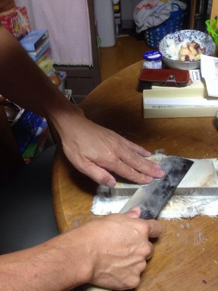 妻に喜ばれる!?包丁の簡単な研ぎ方・砥石の正体とは?